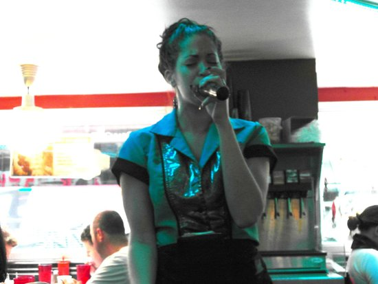 Ellen's Stardust Diner : Singing waitress/actress