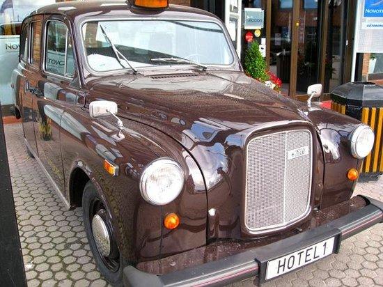 Novotel Goteborg: Novotel's antique private limousine