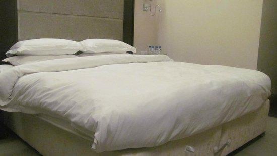 Goldfinch Hotel Mumbai : bed