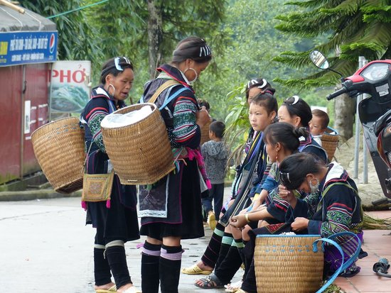 Grand View Sapa Hotel: The Hmongs ethnic, right at the hotel's foor.