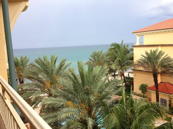 Eau Palm Beach Resort & Spa : view from balcony on a partial view  king room