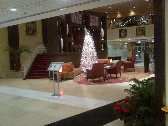 Renaissance Woodbridge Hotel: Hotel Lobby