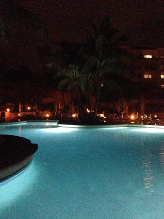 Eau Palm Beach Resort & Spa : pool at night