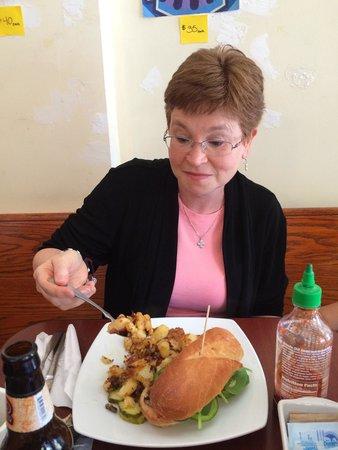 Bellevue Bistro: Great veggie sandwich and panfried potatoes.