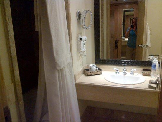 Real InterContinental San Pedro Sula at Multiplaza Mall: Bathroom
