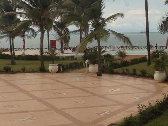 Golden Tulip Dar Es Salaam: Patio and Pool