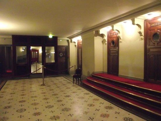 Opéra Garnier : Corredor do teatro. À direita, portas que dão acesso aos camarotes.