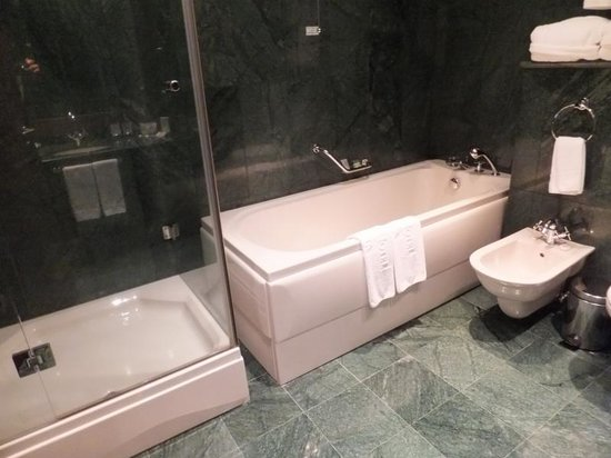 Grand Hotel Sofia: Bathtub and separate shower stall