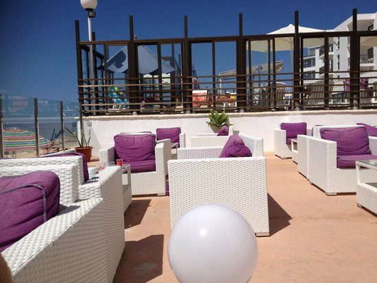 Nereida Aparthotel: Sitting area with beach view