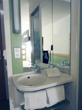 Hotel Ibis Budget Brugge Centrum Station: lavabo in camera