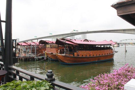 Anantara Riverside Bangkok Resort: barca ristorante