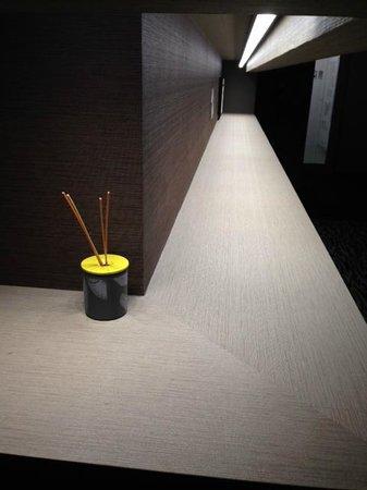 Solaria Nishitetsu hotel Kagoshima: 客室フロアの廊下。リード ディフューザーの用なものがある