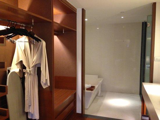 Hansar Bangkok Hotel: wardrobe area