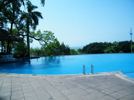 Novotel Ha Long Bay : The pool overlooking the view.