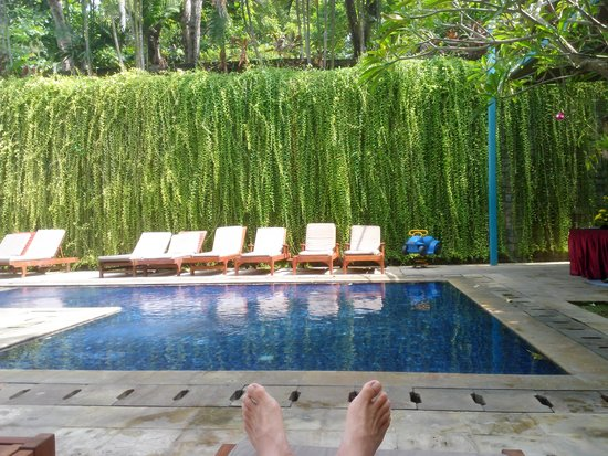 Kuta Paradiso Hotel: At the pool side