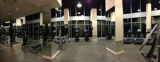 Courtyard Montreal Downtown : large gym on 11th floor with windows
