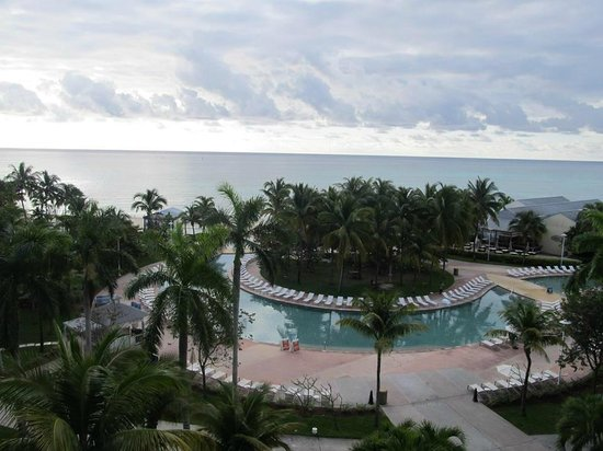 Grand Lucayan, Bahamas : view of the pool and ocean from the room