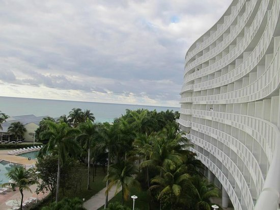 Grand Lucayan, Bahamas : view looking down the other side of the hotel from the room balcony