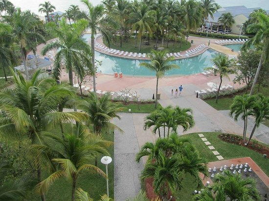 Grand Lucayan, Bahamas: view of pool area from the hotel room