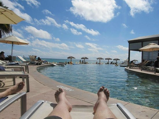Grand Lucayan, Bahamas : chillin' at the pool