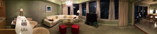 The Prince Park Tower Tokyo : Living room and bar was great meeting space