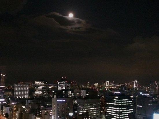 The Prince Park Tower Tokyo: Moonrise over Tokyo from bedroom balcony