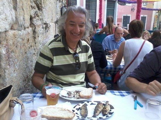 Sardinha na brasa em Alfama, Lisboa
