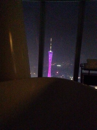Four Seasons Hotel Guangzhou: Canton tower view at the huge bathroom 9409