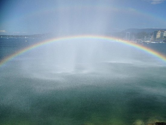 Jet d'Eau: Beautiful rainbow! created by the falling droplets and sunshine