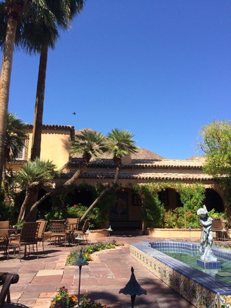 Royal Palms Resort and Spa: Central courtyard
