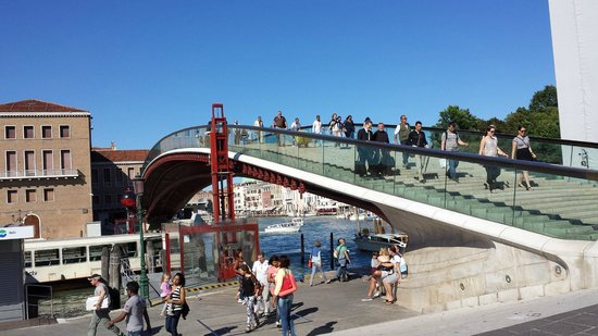 BEST WESTERN Hotel Olimpia: bridge at piazzale Roma to Santa Lucia train station