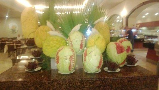 Yasmin Resort Bodrum : Amazing artwork on some melons!