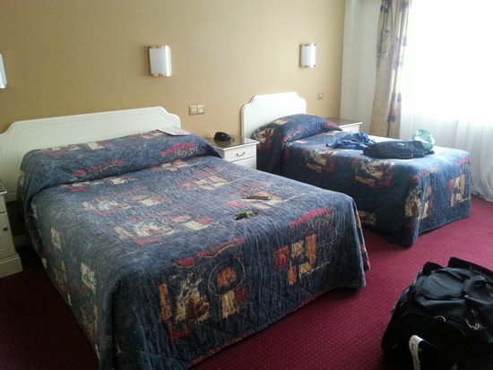 Gleneagle Hotel : washed out bed spread