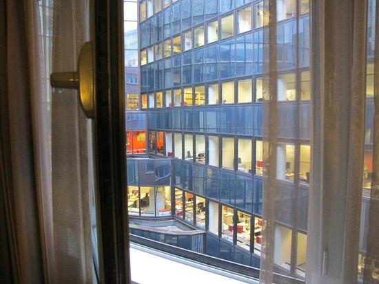 Sandton Hotel Brussels Centre: vista de oficinas desde la ventana de la habitación.