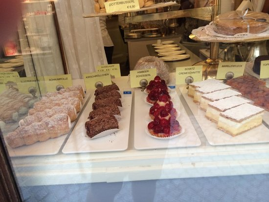 Schatz Konditorei: Cakes in window