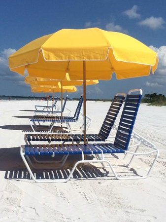 Pink Shell Beach Resort & Marina : Beach chairs and umbrellas