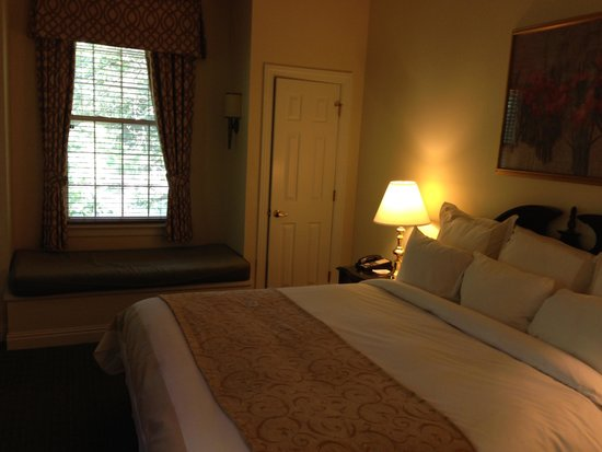 Marriott's Manor Club at Ford's Colony : Comfortable king suite