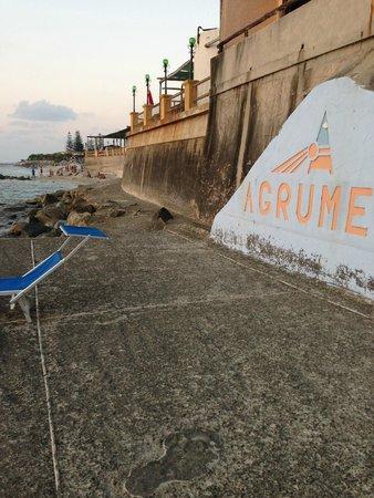 Villaggio Club Agrumeto: а тут нужно проходить на пляж, который виднеется вдали. лежаки платные. полотенце не выдают.