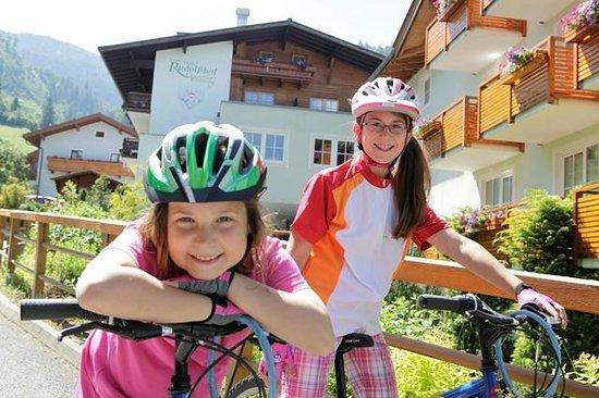 Kinderhotel Rudolfshof Vitality: Kinder beim Radfahren