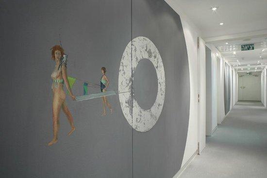 Artplus Hotel Tel Aviv - an Atlas Boutique Hotel: Hallway Artwork