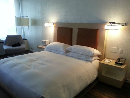 Andaz Wall Street: King bed in standard room