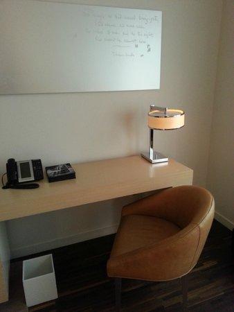 Andaz Wall Street: Desk area in standard room