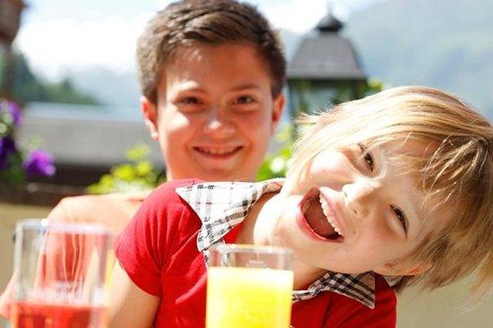Kinderhotel Rudolfshof Vitality: Kinder auf der Terasse