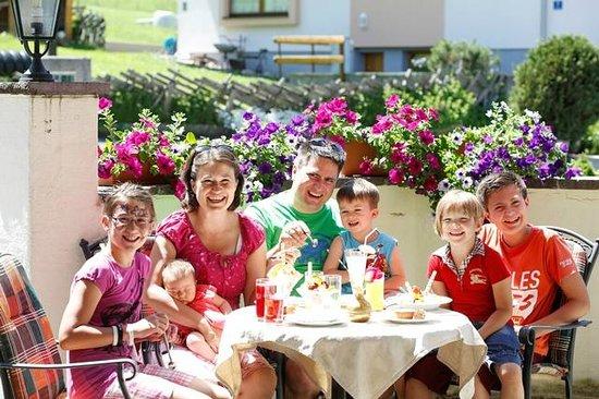 Kinderhotel Rudolfshof Vitality: Familie auf der Terasse
