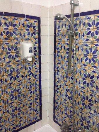 Hotel Diar Lemdina: Tired shower in 1132