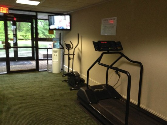 Best Western Gateway Adirondack Inn : it is like a hallway they put exercise equiptment in