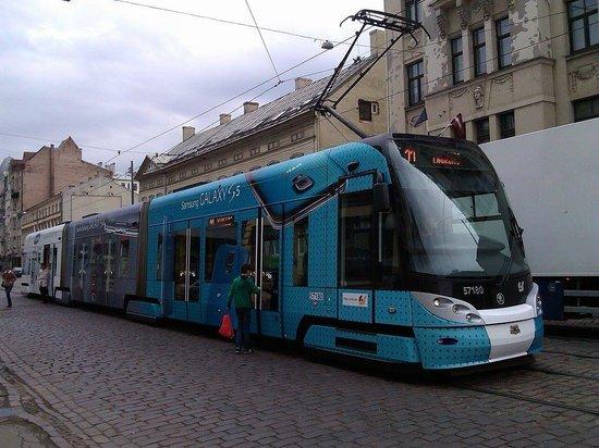 A1 Hotel : Трамвай на сосдей улице останавливается