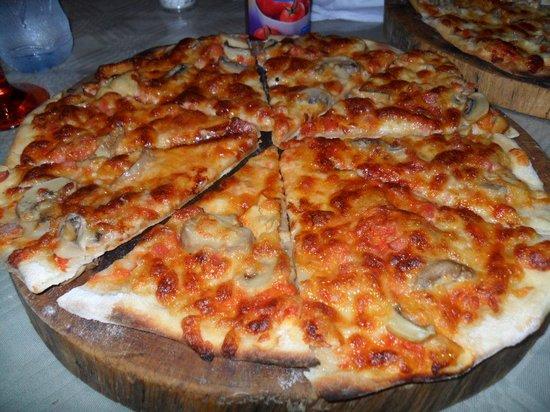 Dragonaires Restaurant & Hotel: Sausage pizza