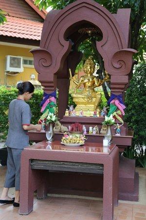 Tara Angkor Hotel: Spirit House in Front