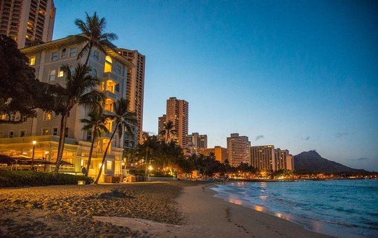 Moana Surfrider, A Westin Resort & Spa: Sunrise on the beach